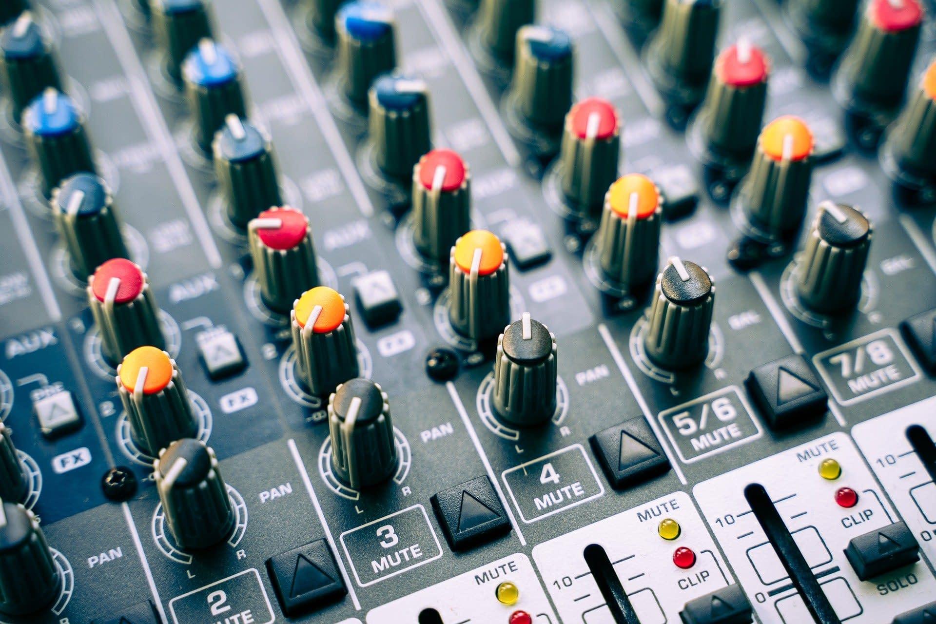 mesa de mezclas con auriculares
